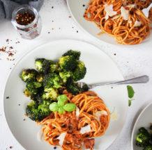 Polnozrnati špageti v veganski paradižnikovi omaki s pečenim brokolijem