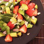 Špinača z jagodami in avokadom