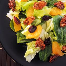 Solata z orehi, brusnicami in pomarančo