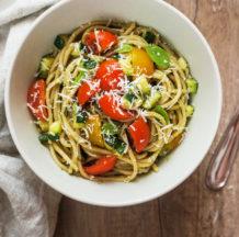 Špageti z bučko, avokadovo omako in paradižniki