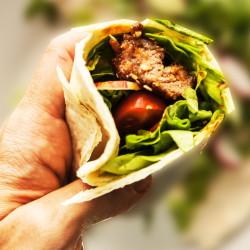 Tortilija z azijskimi mesnimi kroglicami in zelenjavo