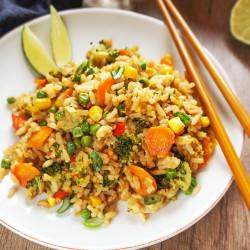Azijski pražen riž z zelenjavo