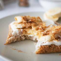 Slasten (jutranji) toast s skuto, banano in arašidovim maslom
