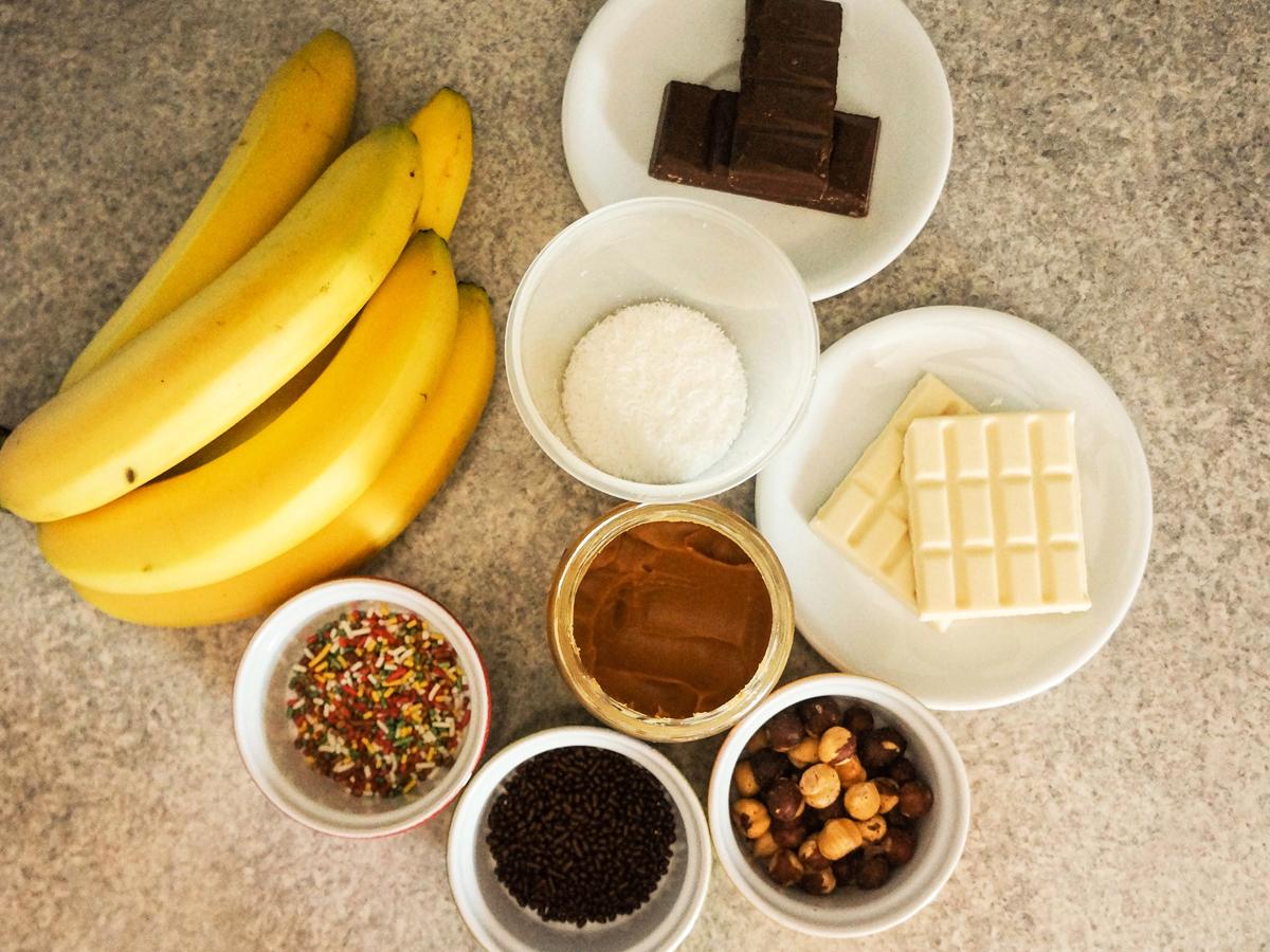 Bananine lučke s čokoladnim prelivom in posipi