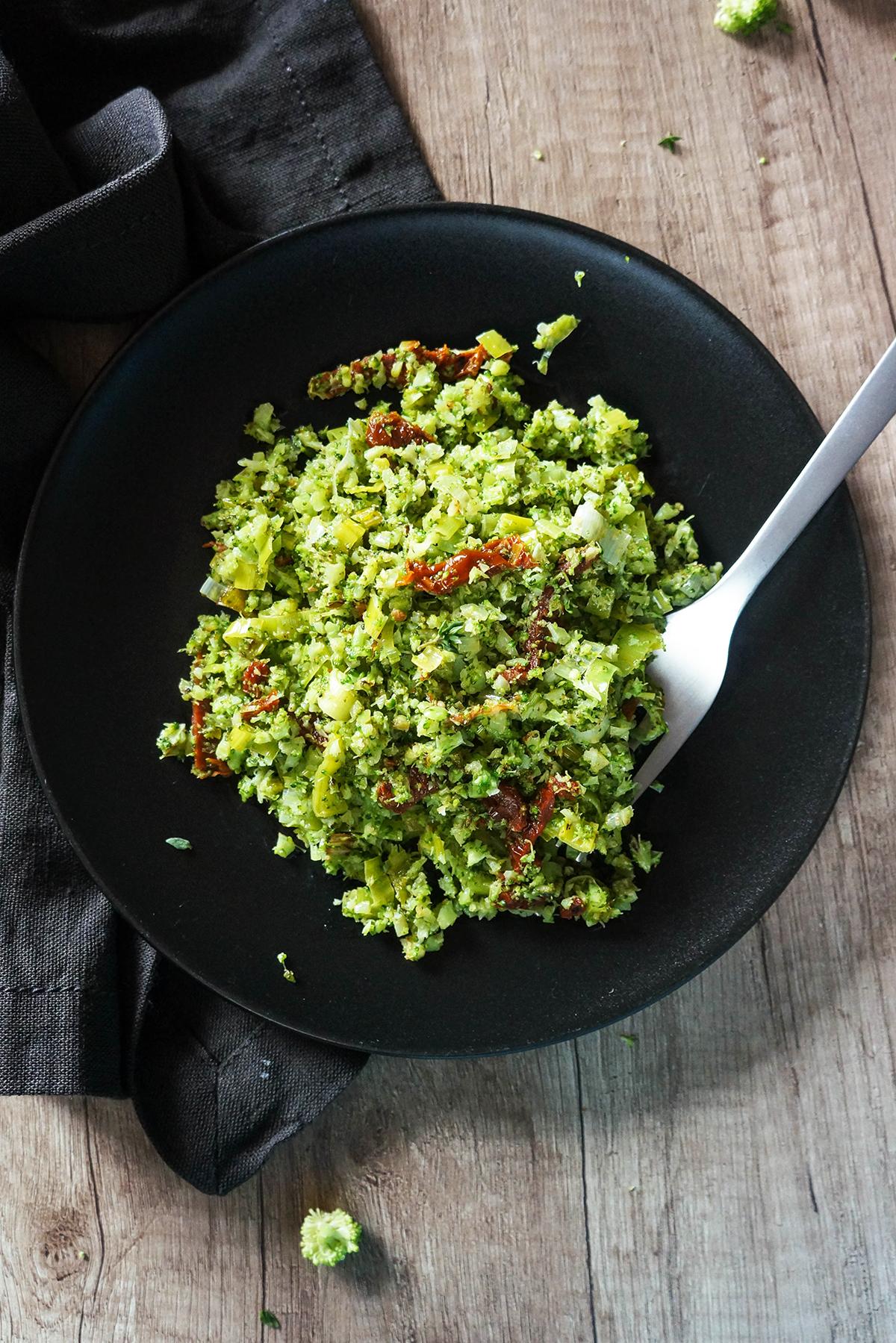 Brokolijev riž s porom in sušenimi paradižniki