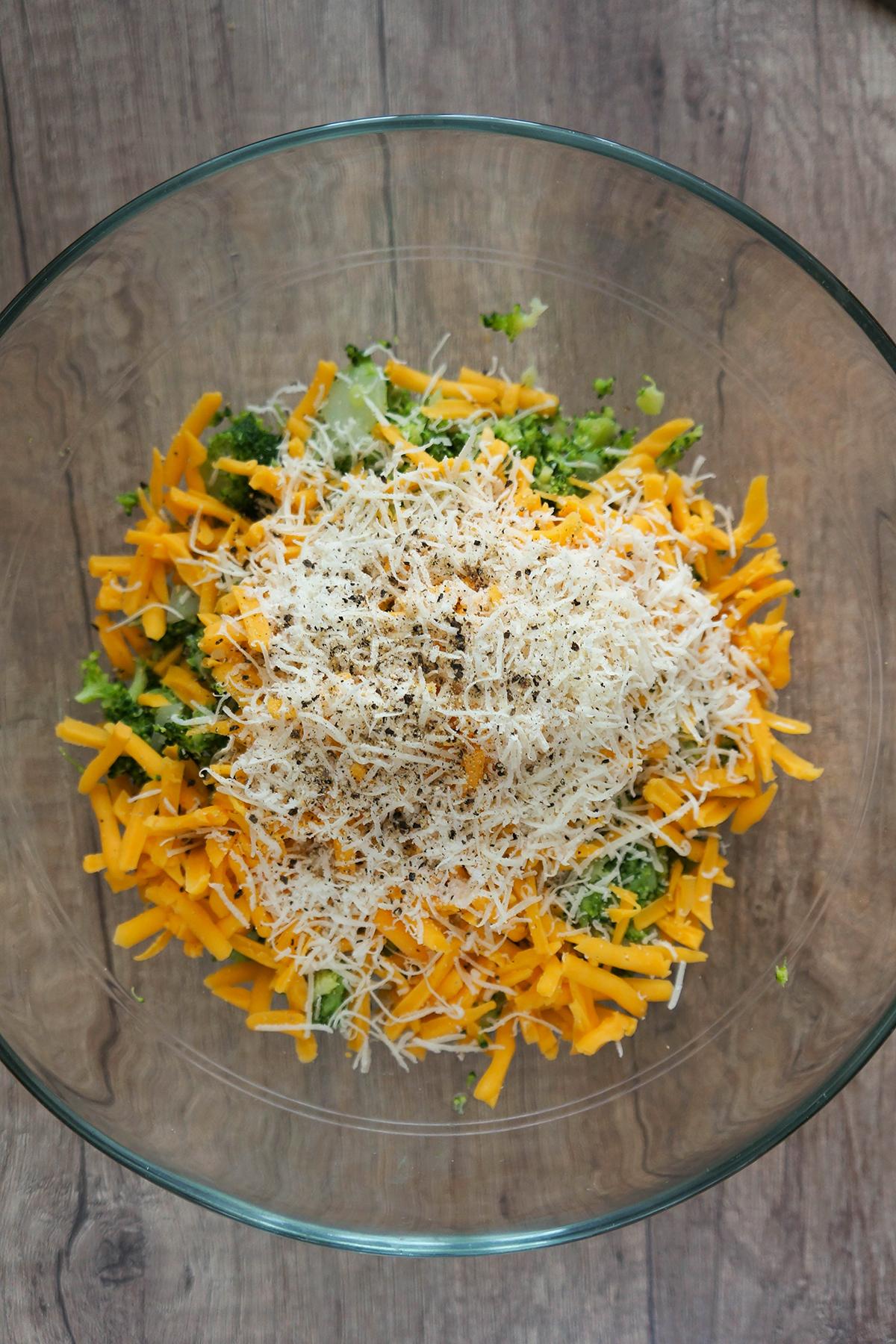 Brokolijeve kroglice s sirom in jogurtovo pomako