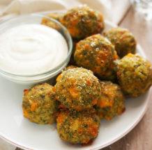 KLIK ZA FOTO: Brokolijeve kroglice s sirom in jogurtovo pomako