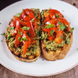 Brusketa z olivami in pečenimi paprikami