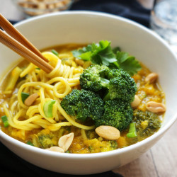 Bučna juha z brokolijem in azijskimi špageti