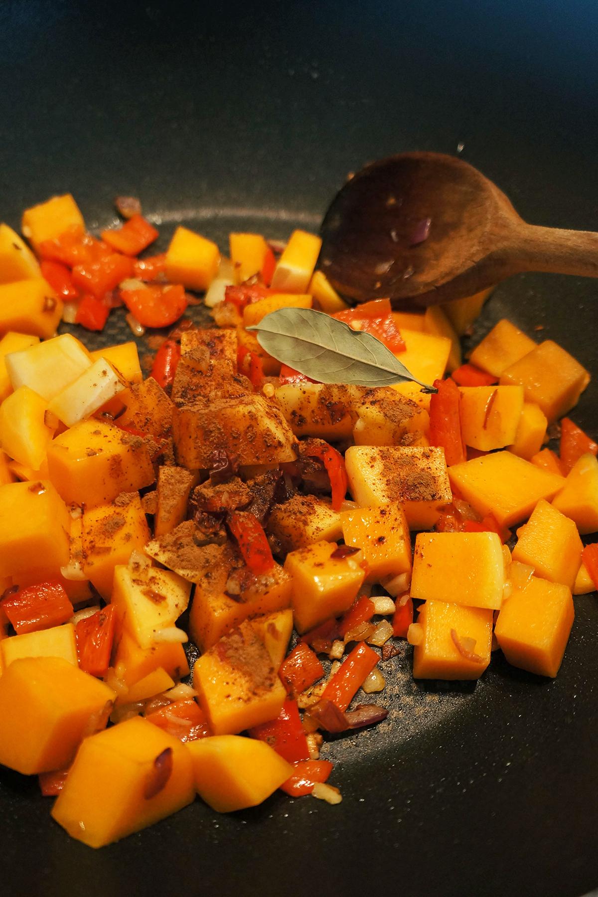 Fižolovo-bučni golaž s tortilijevimi trakci in avokadom