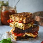Mega sendvič s paradižnikom, pestom in mocarelo