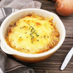 Francoska čebulna juha s sirovim kruhkom