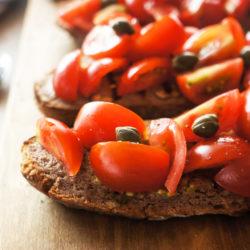Brusketa s češnjevimi paradižniki