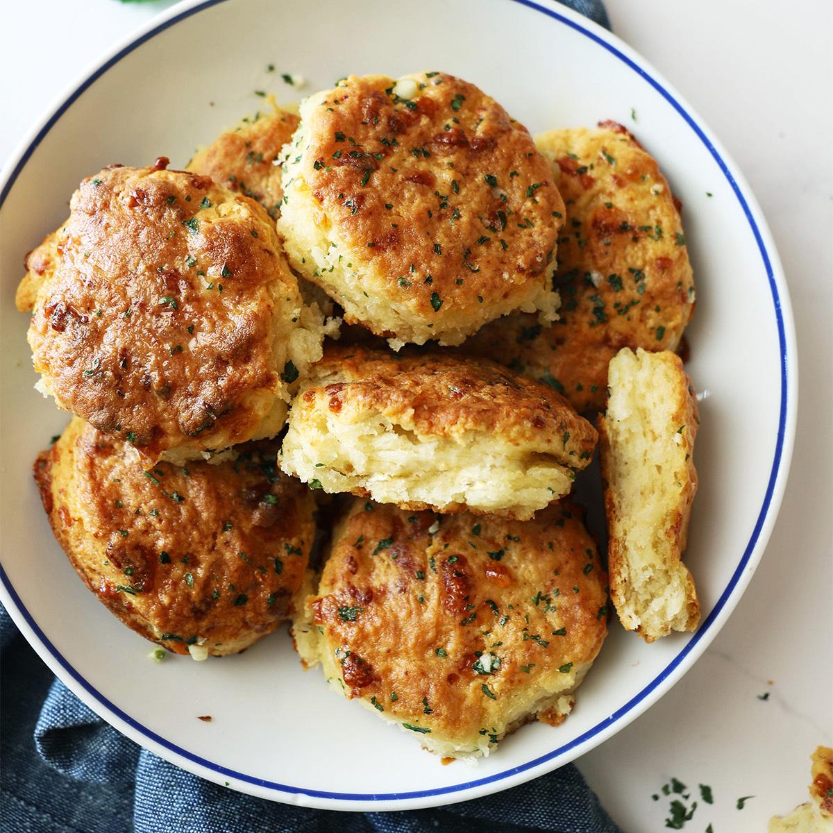 Hitri česnovi kruhki s sirom