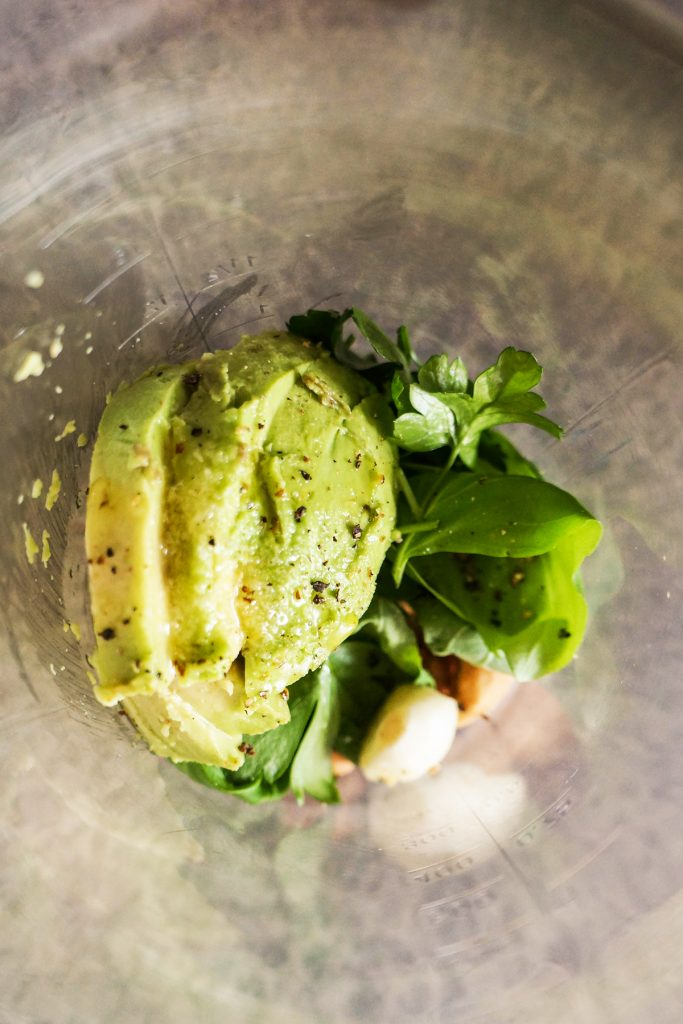 Mešana solata s pečeno čičeriko in avokadovim prelivom