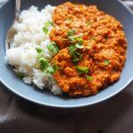 Curry iz rdeče leče na belem rižu