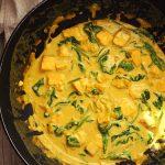 Curry z lososom in špinačo