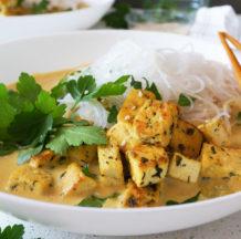Curry z rezanci in tofujem