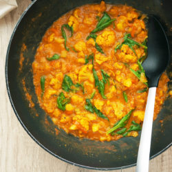 Cvetačna curry juha s papriko in špinačo