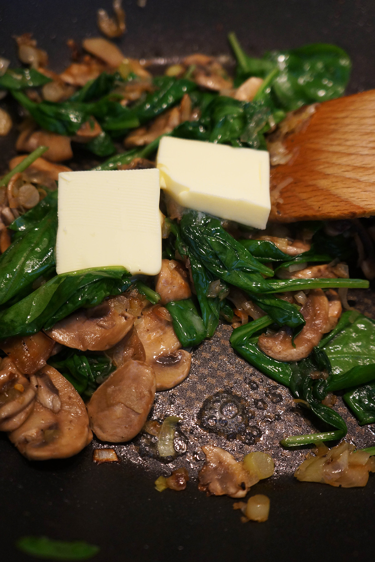Farro v kremni omaki z gobami in špinačo