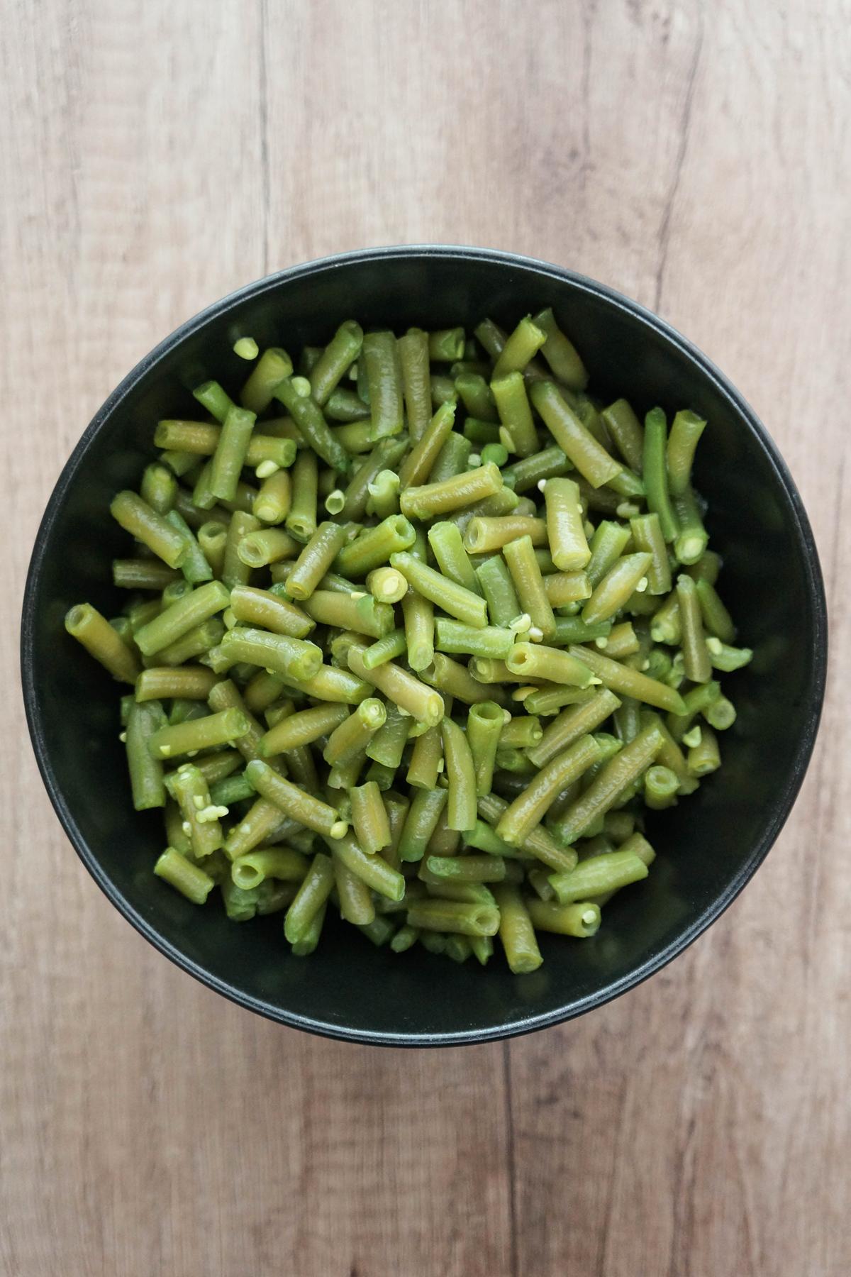 Solata z rjavim rižem, zelenim stročjim fižolom in okisano čebulo
