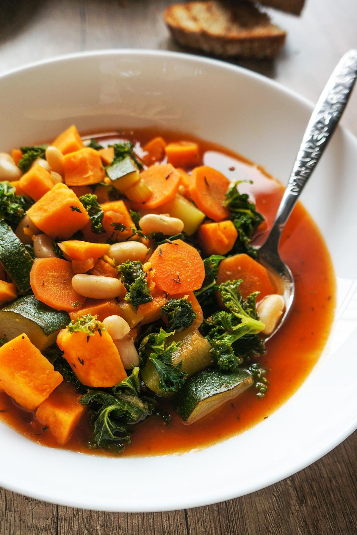 Fižolova zelenjavna juha s popečenim kruhkom