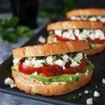 Pisan grški sendvič s humusom, avokadom, feto in papriko