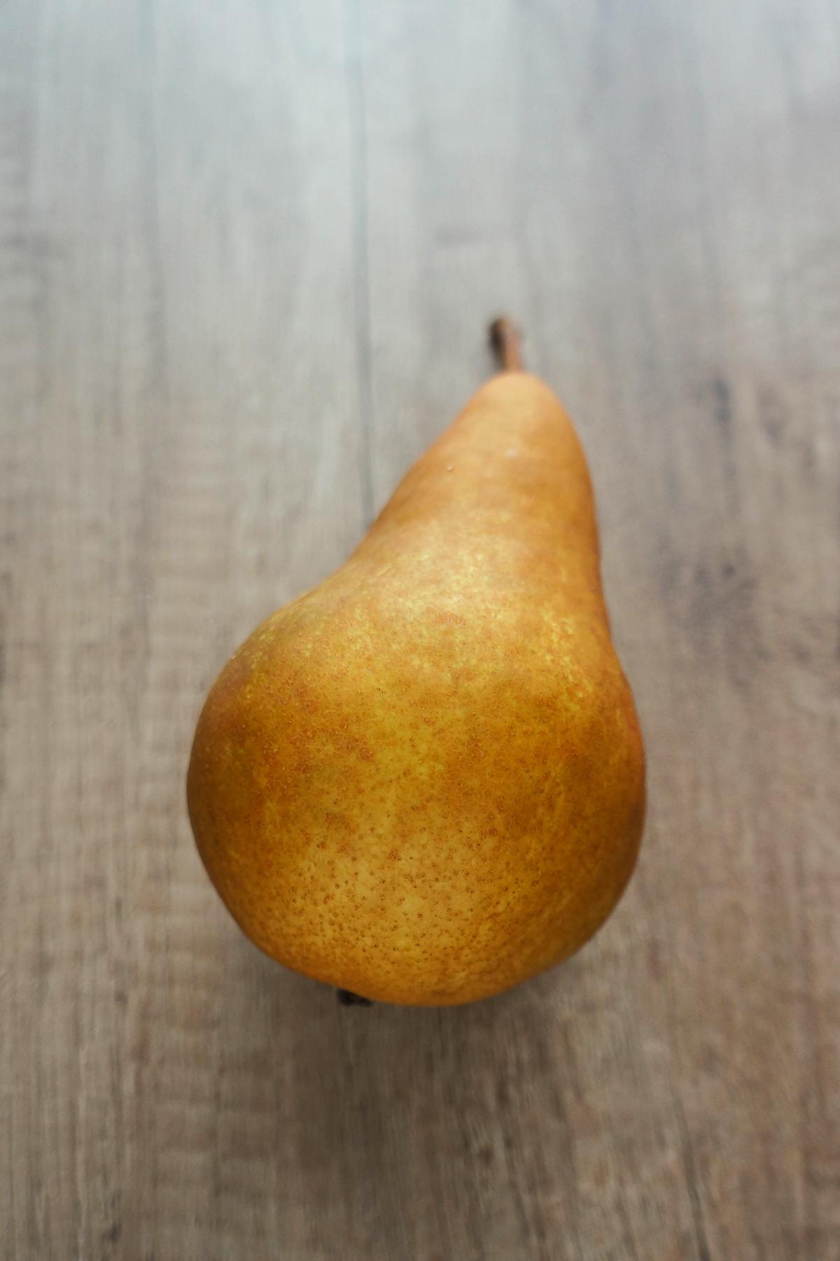 Špinača s hruško, granatnim jabolkom in lešniki