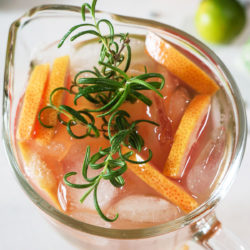 Grenivkina limonada z rožmarinom