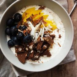 Grški jogurt s piškotki, mangom in borovnicami