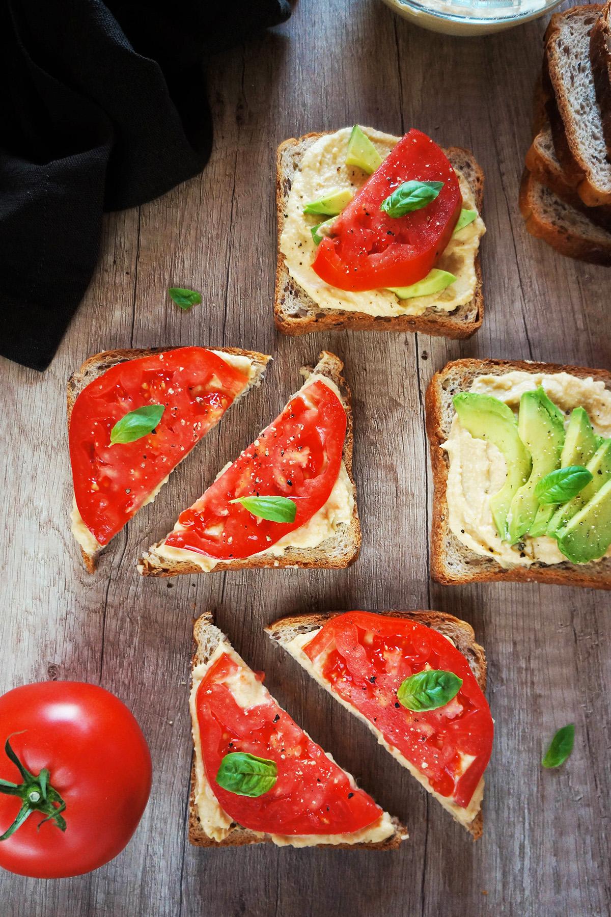 Sendvič s humusom, paradižnikom in avokadom