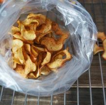 Hrustljav jabolčni čips s cimetom iz pečice