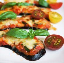 Pice z jajčevci s paradižnikovo omako, mocarelo in svežo baziliko
