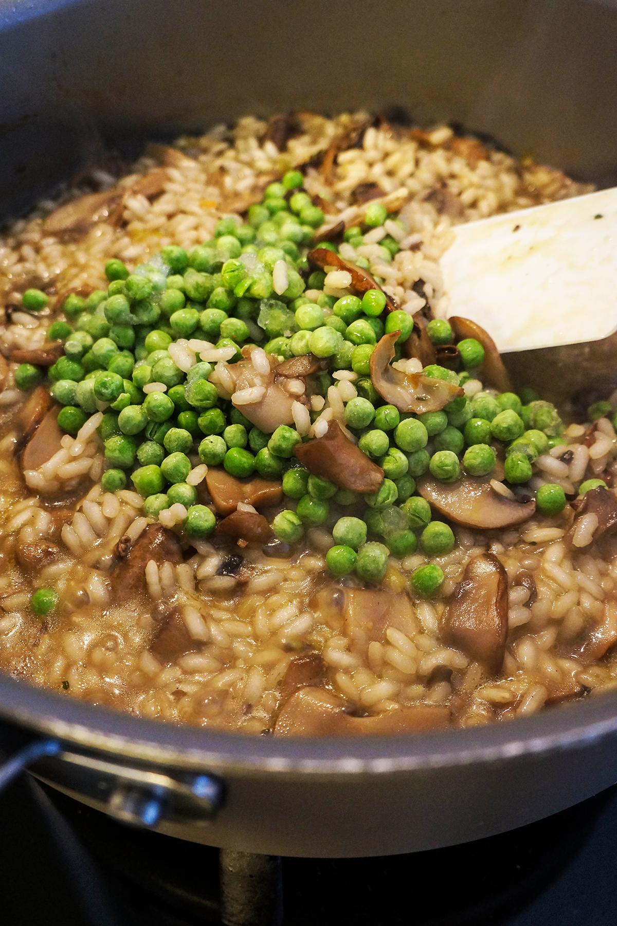 Jesenska rižota z gobami in grahom