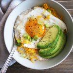 Jutranja ovsena kaša z jajčkom in avokadom