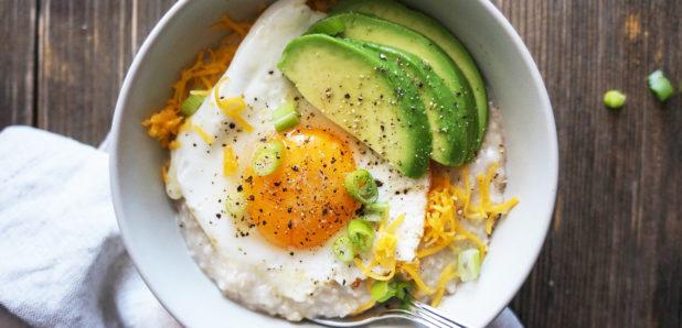 KLIK ZA FOTO: Jutranja ovsena kaša z jajčkom in avokadom