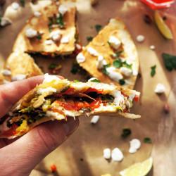 Tortilija sendviči z ohrovtom, papriko in mehkim kozjim sirom