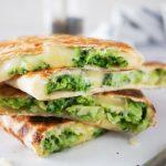Quesadilla: prepognjena tortilija s sirom in brokolijem