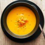 Korenčkova juha s svežim ingverjem