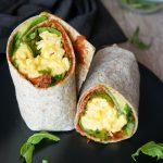 Kremna jajčka s sirom v tortiliji z rukolo in paradižnikovim namazom