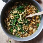 Krepka gobova juha z blitvo in azijskimi špageti
