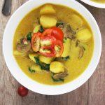 Krompirjev curry s špinačo in gobami