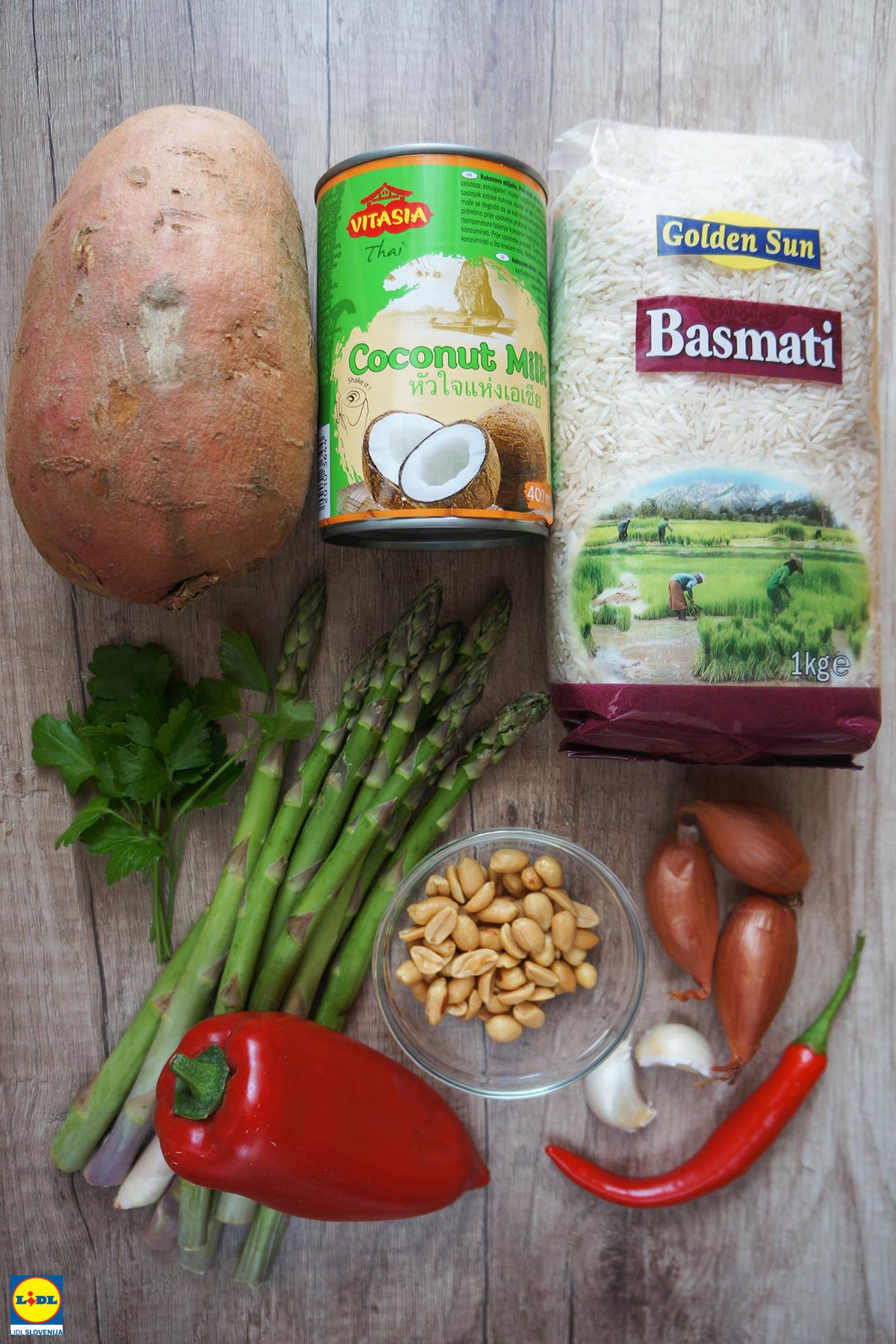 Kremast curry iz sladkega krompirja, špargljev in paprike na belem rižu