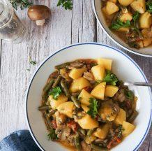 Najboljši zelenjavni krompirjev golaž s stročjim fižolom in gobami