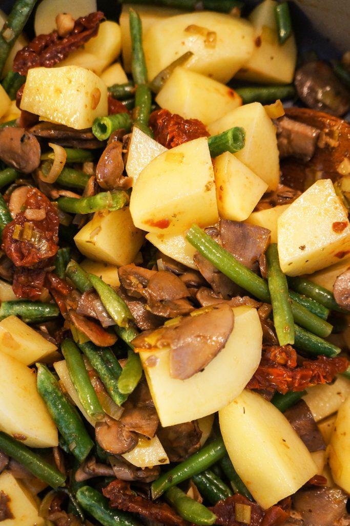 Krompirjev golaž s stročjim fižolom in gobami