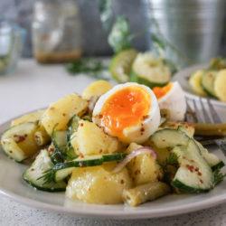 Krompirjeva solata s stročjim fižolom in kumaro