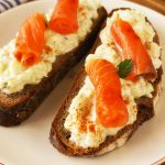 Kruhki s tzatzikijem in dimljenim lososom