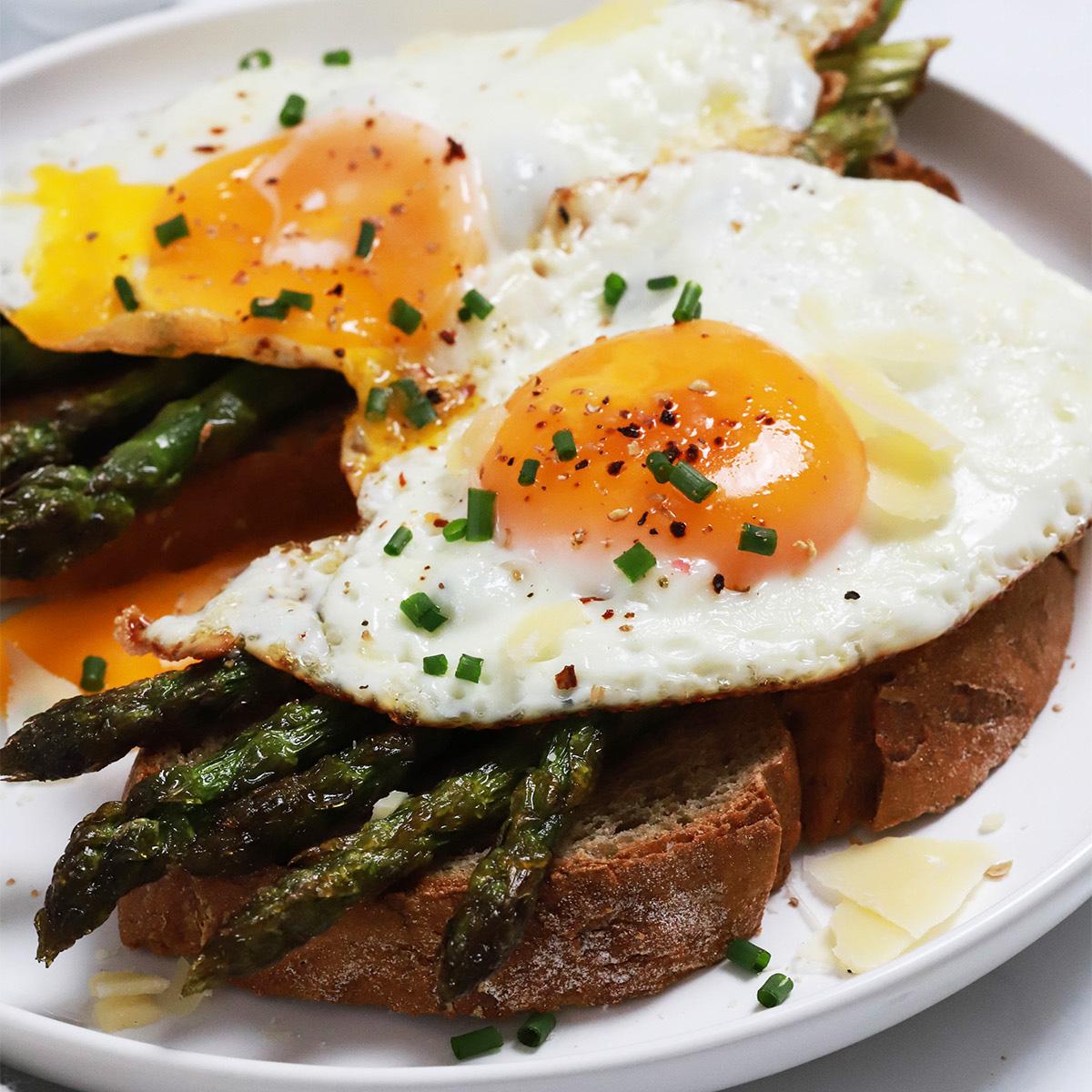 Kruhki s pečenimi šparglji in jajci