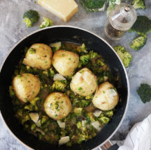 Kruhovi cmoki v brokolijevi omaki s šparglji