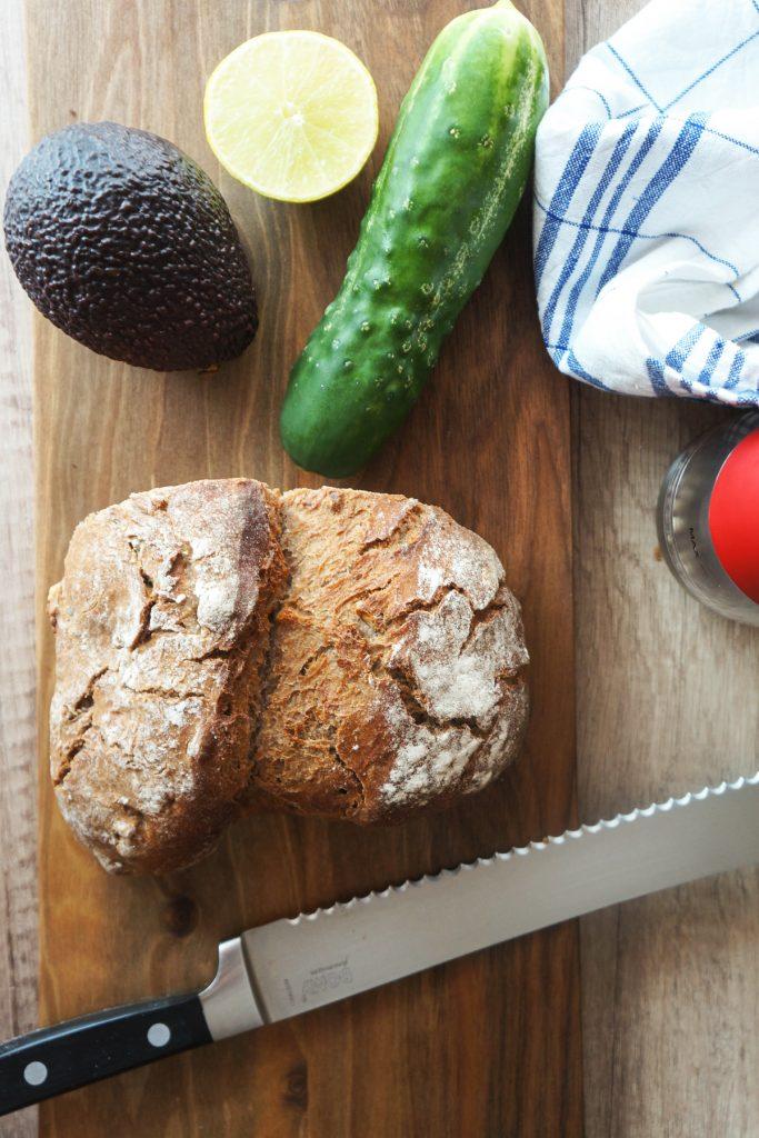 Kruhki z avokadovim namazom in kumaro